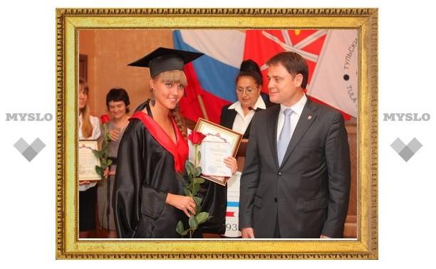 Губернатор вручил красные дипломы магистрам ТулГУ
