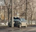 На ул. Оборонной в Туле влетела в столб легковушка
