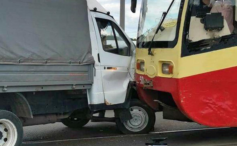 В Туле столкнулись грузовая ГАЗель и трамвай
