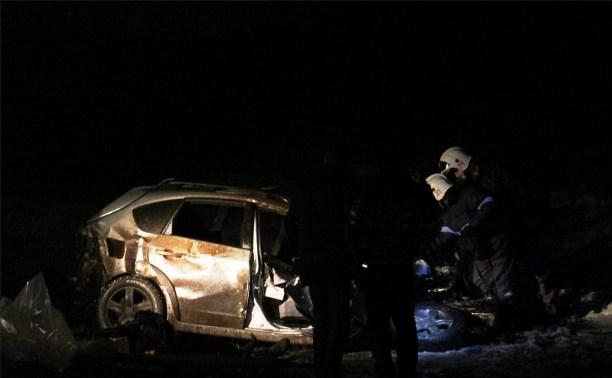 На трассе М2 водитель легковушки разбился насмерть в ДТП с двумя фурами