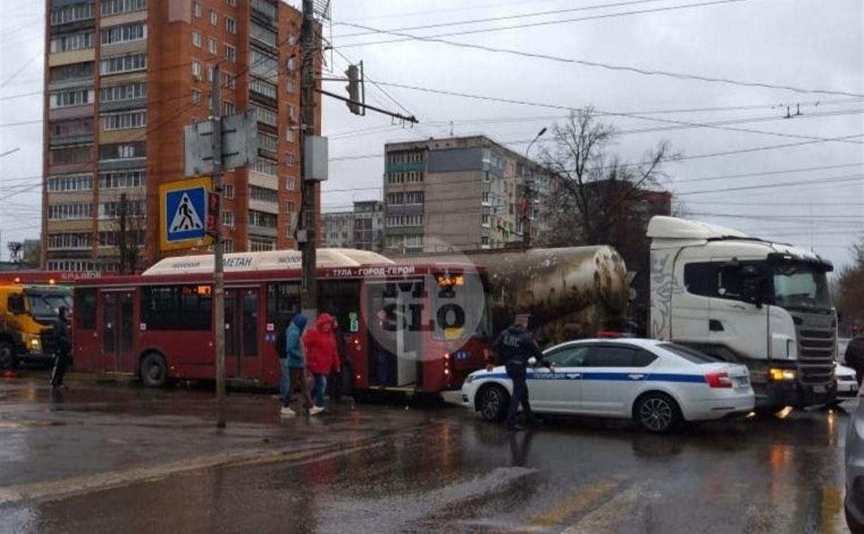 На ул. Ложевой пробка из-за ДТП с автобусом и цементовозом