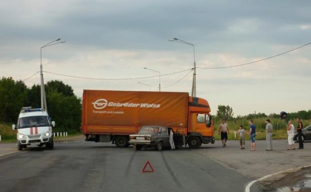 Под Щекино «шестёрка» залетела под грузовик