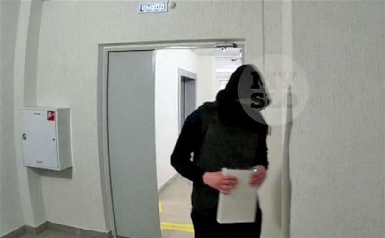«Они сканируют наши квартиры»: в подъезде новостройки камера сняла подозрительных людей с электронным устройством