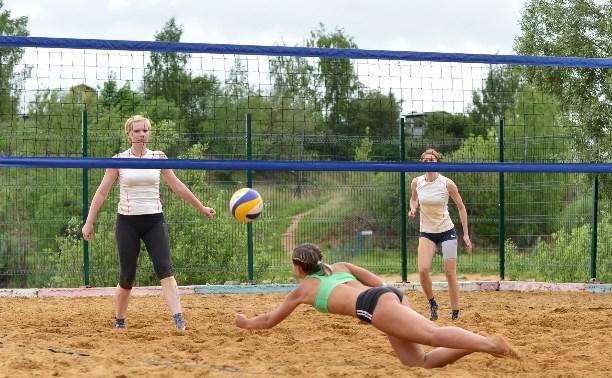 Главные награды областного чемпионата по пляжному волейболу достались приезжим командам