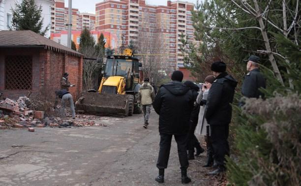 Приставы сносят заборы в коттеджном поселке на Зеленстрое