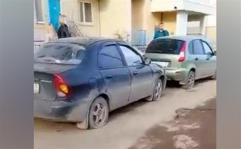 В Туле на ул. Хворостухина автоманьяк порезал колеса на 20 машинах