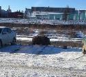 «Спрятался на парковке»: в Туле автомобиль едва не съехал в Упу, сдавая назад