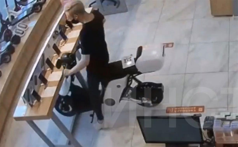 Сбил витрину со смартфонами: в Туле скутерист устроил ДТП в торговом центре — видео