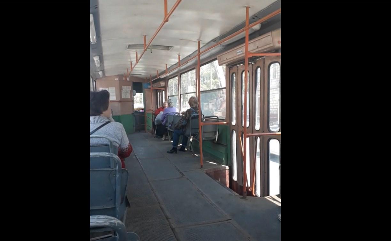 В Туле женщина-водитель остановила трамвай из-за скандала с пассажиркой: видео