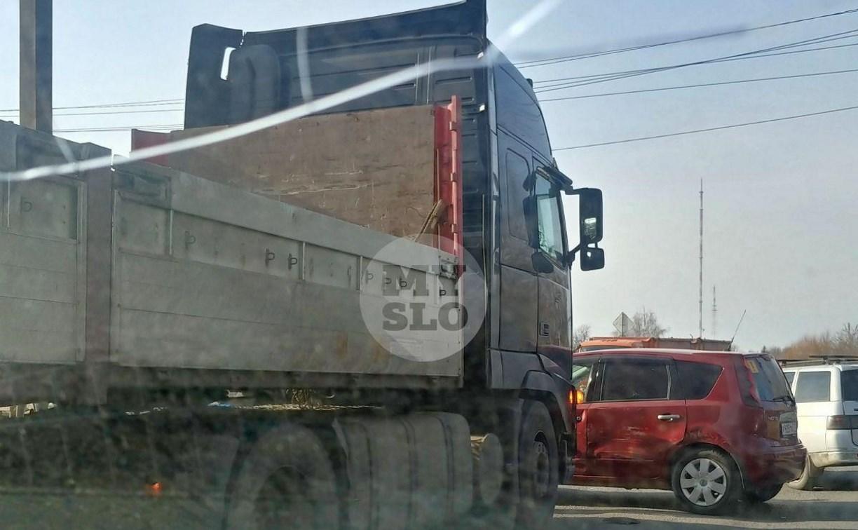 На ул. Рязанской в Туле пробка из-за ДТП с грузовиком