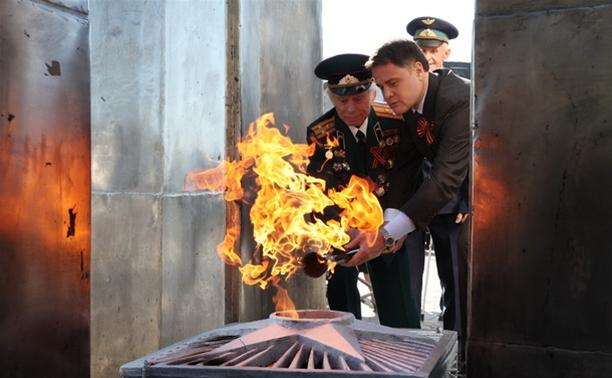 В поселке Первомайский зажгли Вечный огонь