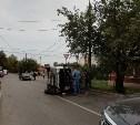 В Туле на улице Буденного после столкновения с «семеркой» опрокинулся грузовик