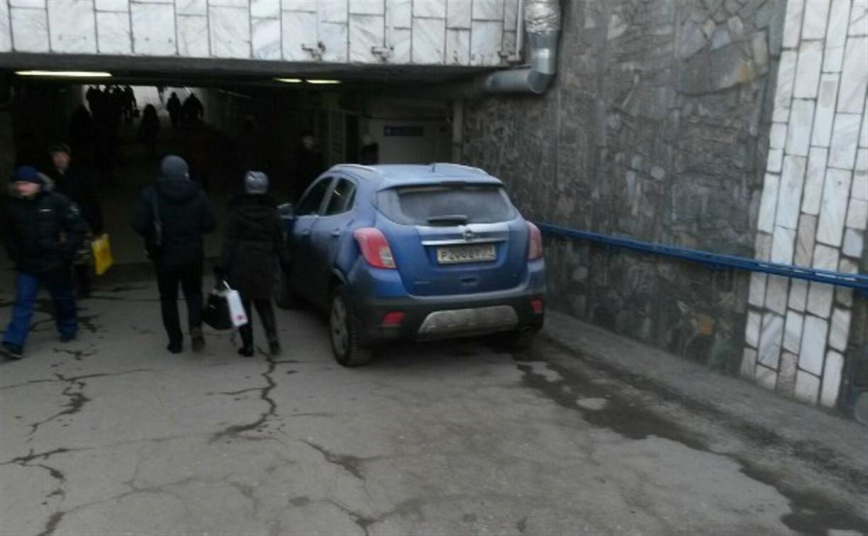 Синий «Опель» в подземном переходе на Мосина был припаркован для разгрузки товара