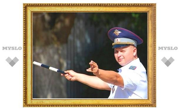 Тулу охраняет милиция в парадной форме