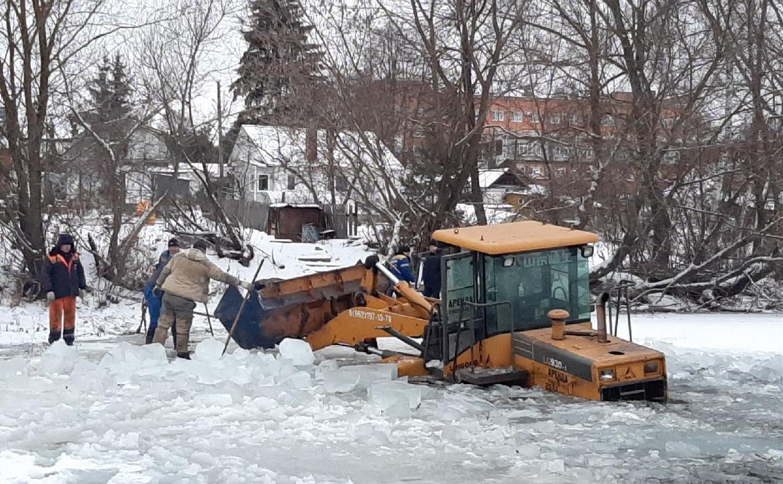 В Тульской области под лёд ушел бульдозер