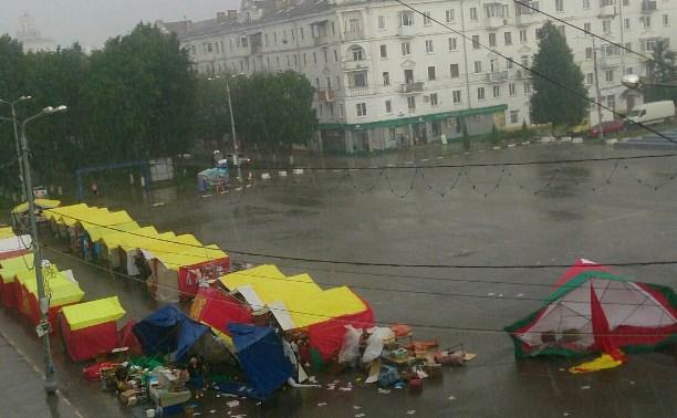 В Новомосковске сильным ветром унесло ярмарочные палатки