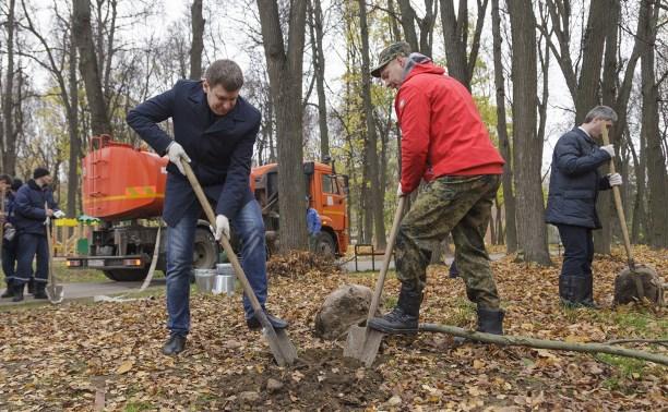 В Рогожинском парке высадили саженцы дуба и рябины