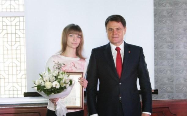 Владимир Груздев наградил замредактора «Слободы» Алину Илюшечкину
