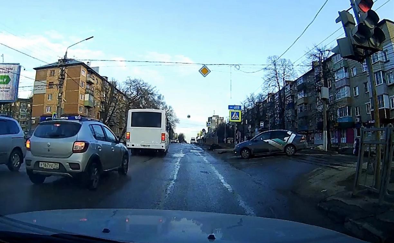 «Накажи автохама»: два торопыги проехали на красный на ул. Металлургов