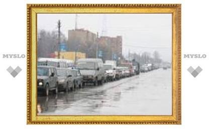 Уборка города от снега мешает проезду транспорта (ФОТО)