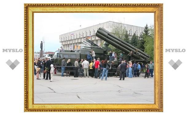 Военная техника на площади Ленина простоит до 15.00