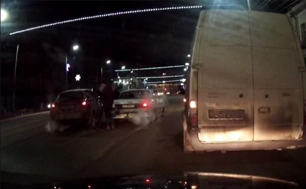 На улице Пирогова водитель «Ниссан» не заметила остановившееся перед трамваем такси