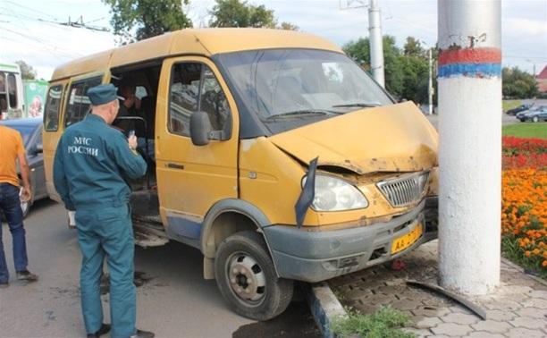 """На улице Короленко в Туле пассажирская """"Газель"""" протаранила столб. Есть пострадавшие"""