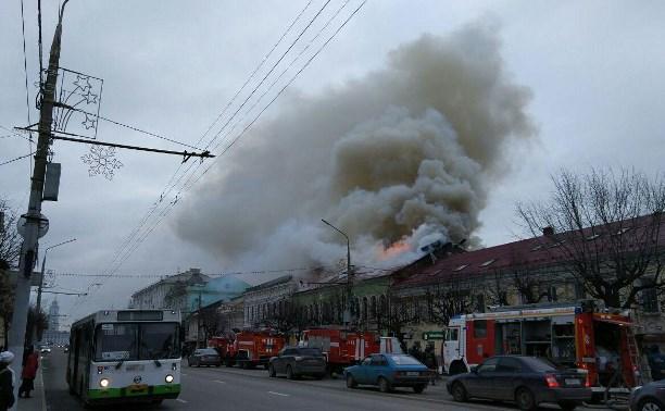 Пожар в мебельном магазине в центре Тулы разгорается сильнее