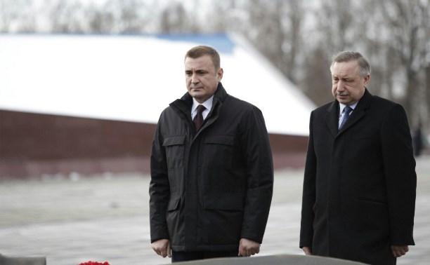 Врио губернатора Алексей Дюмин и Александр Беглов возложили цветы к Вечному огню