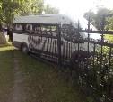 В Туле на улице Кирова микроавтобус снес забор