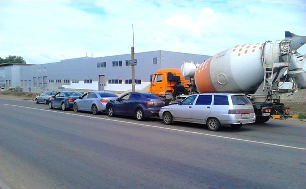 На Новомосковском шоссе «собрались» четыре легковушки