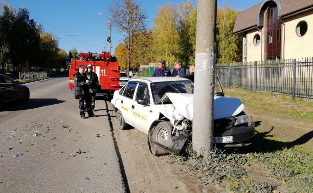 ДТП в Пролетарском округе Тулы: от удара такси отнесло в столб