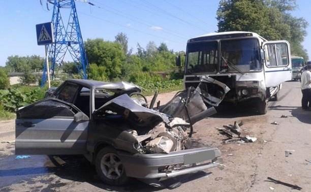 В Новомосковске «Ладу» разворотило на части после столкновения с «ПАЗом»