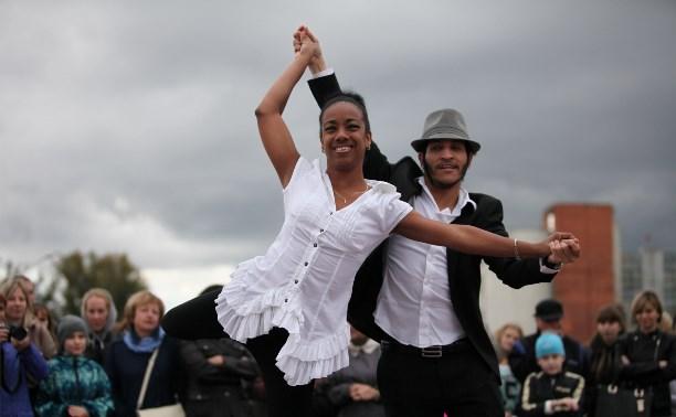 На набережной Упы прошел танцевальный марафон и парад лодок