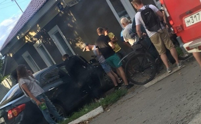 На улице Льва Толстого в Туле Toyota столкнулась с «Ладой» и врезалась в дом