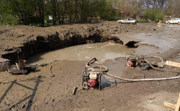 В Пролетарском районе на дороге образовалась яма глубиной больше метра