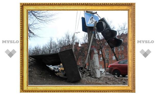 В Туле легковушка сбила светофор