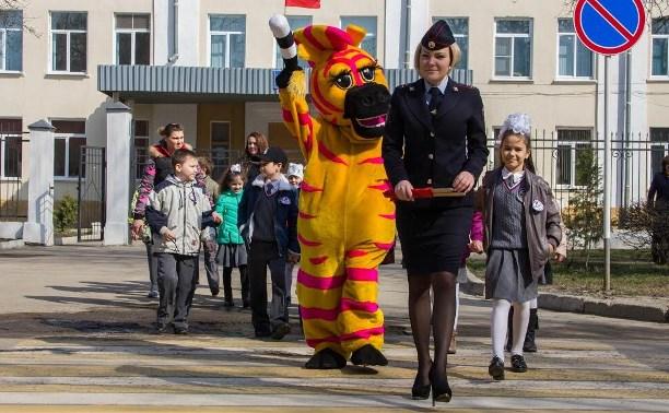 Новомосковские школьники научили взрослых переходить дорогу по «зебре»