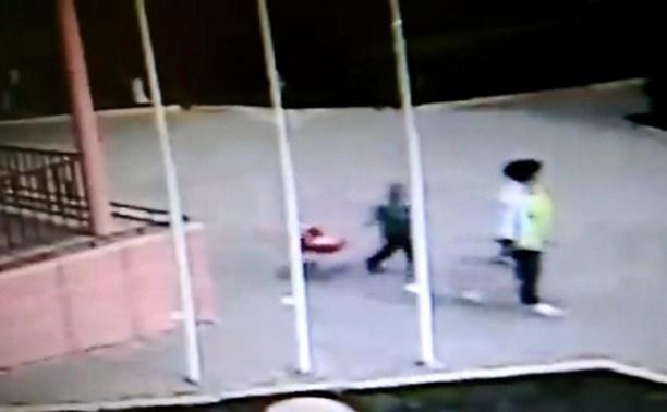 Тулячка с ребенком украла детскую коляску: видео