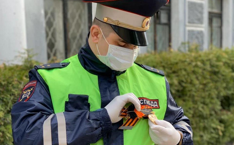 Новомосковские школьники подарили инспекторам ГИБДД броши из георгиевских лент