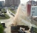 На Зеленстрое забил канализационный гейзер