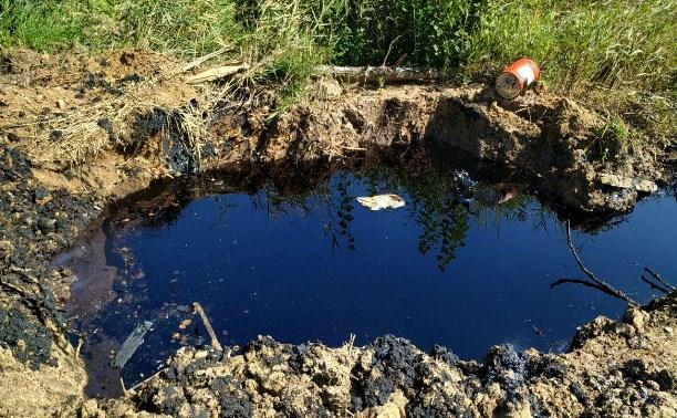 Экологическое ЧП: вырытая в Комарках траншея заполняется нефтепродуктами из-под земли