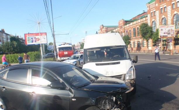 Возле памятника Л.Н. Толстому столкнулись маршрутка и две легковушки