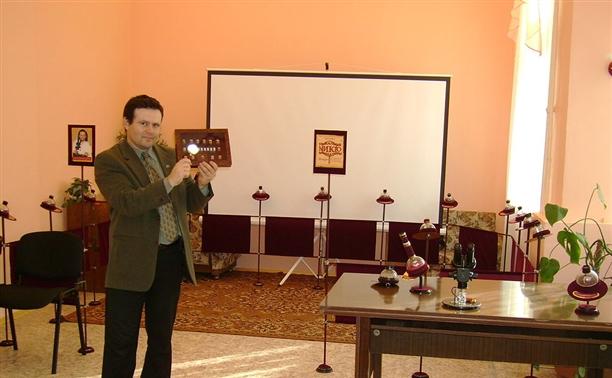 Микроживописец подарил музею пива зернышко с портретом Петра I