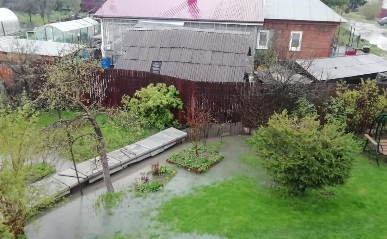 В Октябрьском поселке ручей вышел из берегов и затопил участок