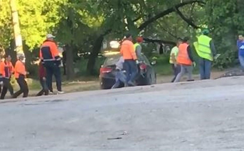 Пьяные туляки устроили драку с дорожниками: видео