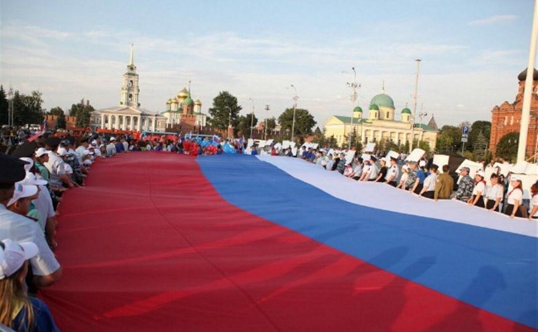 День флага в Туле: приземление парашютиста, флешмоб, «Рюхи» и карта России из ниток