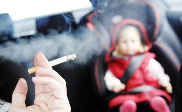 Россиянам разрешили курить в авто при детях