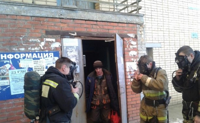 В Новомосковске пожарные вывели из горящего подъезда 7 человек
