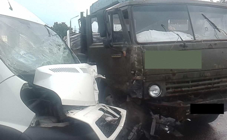 На выезде из Тулы столкнулись Peugeot Boxer и КамАЗ: пострадали три человека